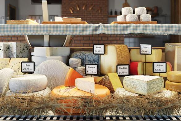 Comptoir de charcuterie avec du fromage étiqueté avec des étiquettes Brother