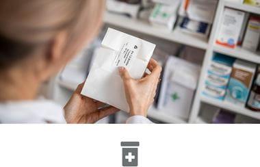Une pharmacienne étiquetant des médicaments en pharmacie