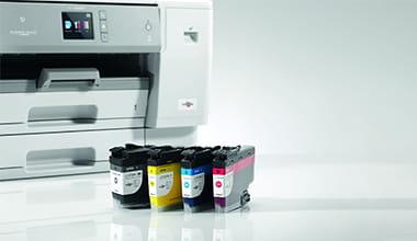 Imprimante Brother avec ses quatre cartouches d'encre (noir, jaune, bleu et rouge)