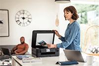 Femme numérisant sur l'imprimante multifonction DCP-J1140DW de la maison