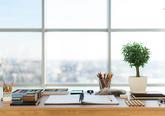 image d'un bureau avec un bloc-notes ouvert