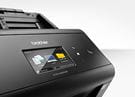 Gros plan sur le scanner ADS-2800W de Brother et son écran tactile couleur