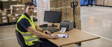 addetto alla logistica stampa etichetta per spedizioni