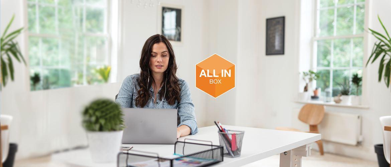 Donna lavora da casa con logo All-in-Box