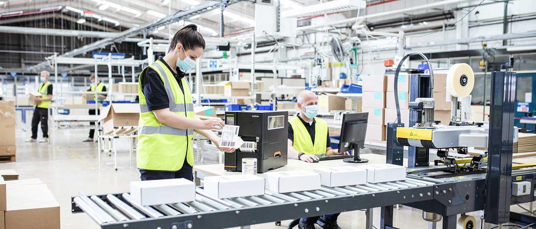 Stampante barcode industriale Brother gamma TJ in una logistica
