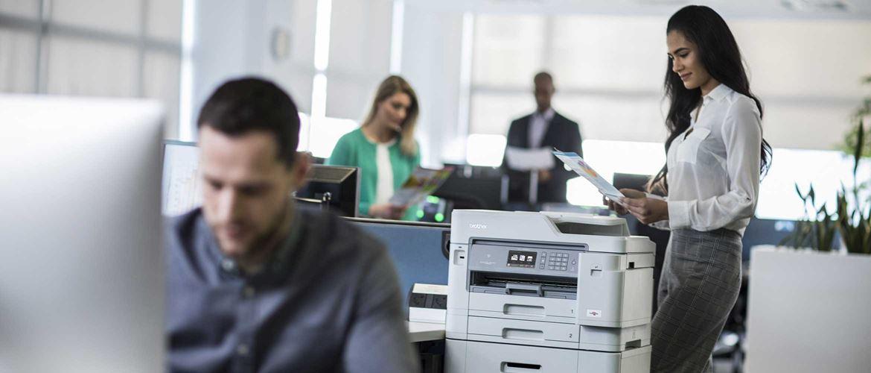 Stampante multifunzione Brother in ufficio con persone