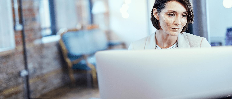 donna utilizza notebook per informarsi su bradmin