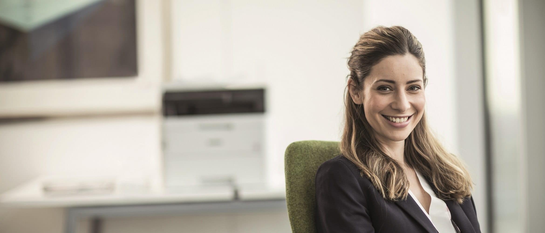 Ragazza sorridente in ufficio