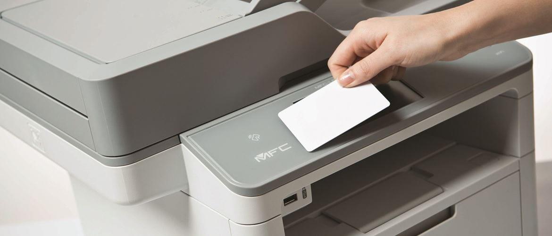 Card NFC avvicinata a stampante multifunzione laser monocromatica Brother MFCL6900DW