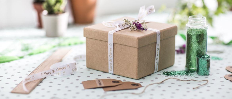 Pacchetto regalo etichettato con nastro spieciale in tessuto Brother