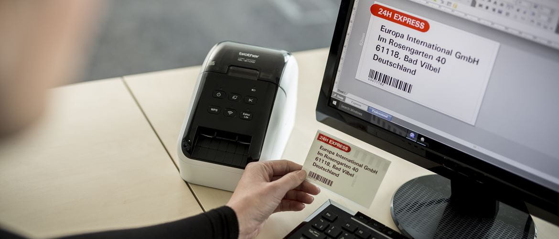 Etichetta a colori in rosso e nero stampata con stampante di etichette Brother QL810W