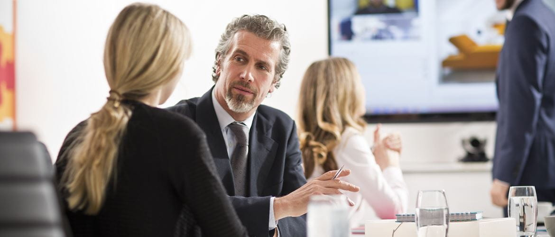 Due persone discutono durante una riunione con presentazione