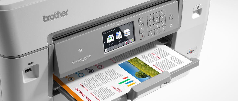 Brother MFC-J6945DW con foglio stampato a colori nel vassoio di uscita
