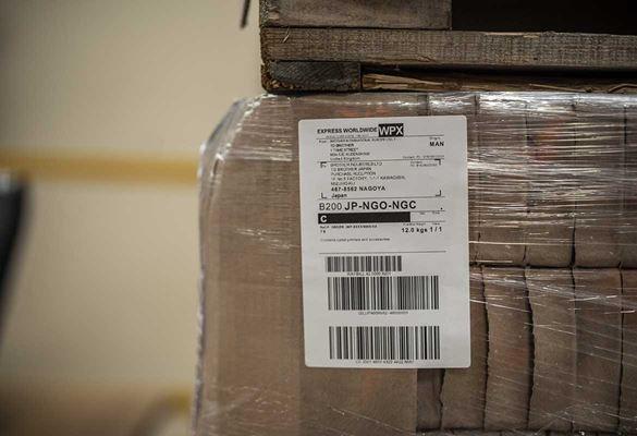etichetta barcode adesive su merce imballata