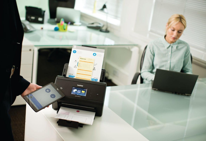 ADS-3600W in scansione mobile con tablet in ufficio