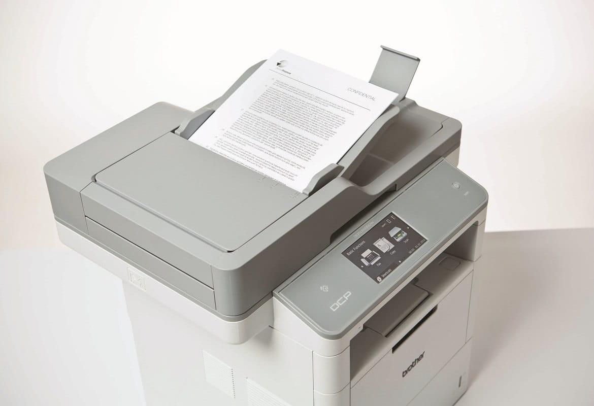 Foglio inserito nell'ADF del multifunzione laser professionale Brother DCPL6600DW per essere scannerizzato