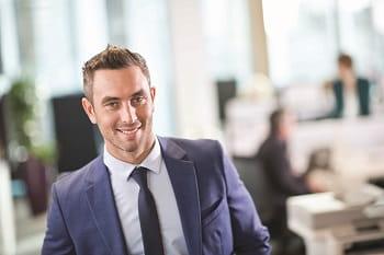 Impiegato sorridente in ufficio