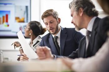 Colleghi che dialogano ad un meeting