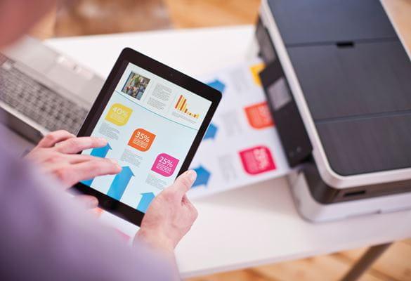 persona che stampa da tablet su stampante Brother MFC-j4420