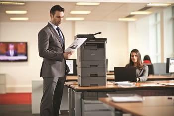 Impiegato in ufficio con stampa da stampante multifunzione Brother MFC-L5700DN
