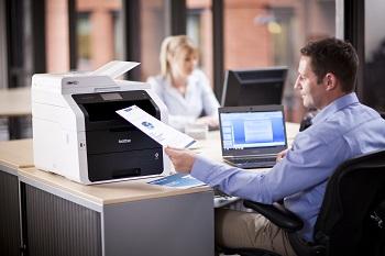Impiegato al lavoro con stampante multifunzione Brother MFC-9330CDW