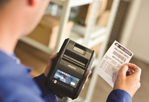 Lavoratore con ricevuta stampata con la stampante portatile Brother RJ3150