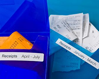 Portadocumenti con ricevute etichettate con etichette Brother DK