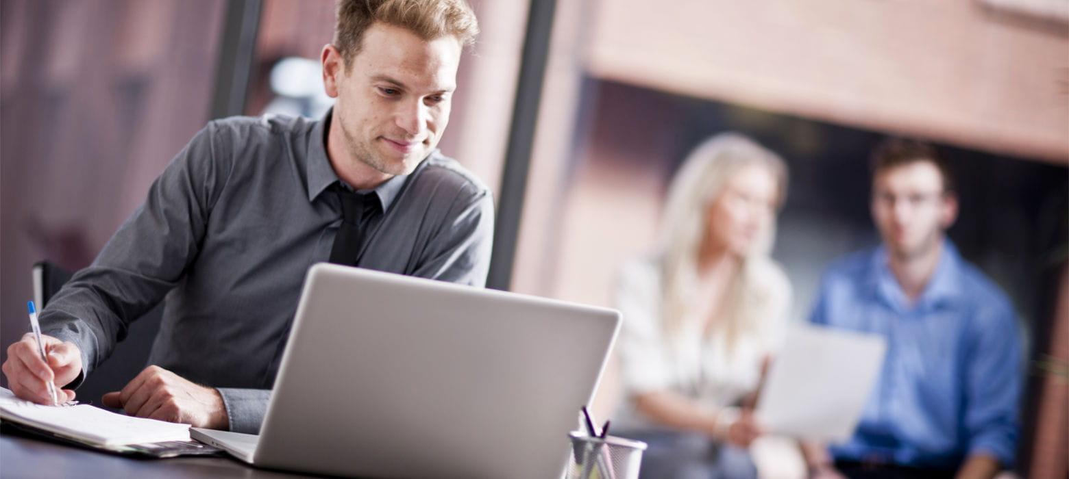 Giovani impiegati al lavoro su laptop in ufficio