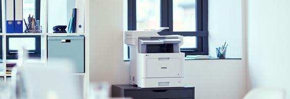 Stampante multifunzione laser a colori Brother MFCL9570CDW su un comodino in uffico
