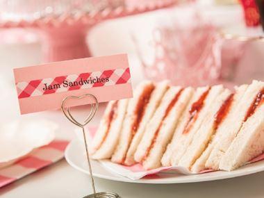 Etichette Brother utilizzate per organizzare buffet con sandwich