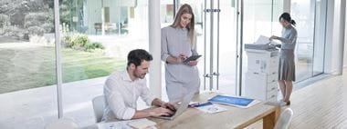 Ufficio open space con stampante multifunzione Brother MFC-L6900DW
