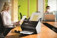 Scanner Brother ADS2400N su una scrivania in ufficio