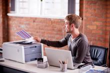 Impiegato in ufficio stampa foglio a colori con stampante LED a colori Brother HL-3140CW