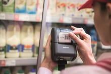 Stampante per etichette Brother RJ-2 in azione in un supermercato
