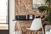 Stampante multifunzione Brother DCP-J1010DW su tavolo di casa