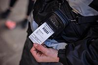 funzionario di polizia stampa una ricevuta con stampante portatile RJ