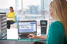 PT-H500 etichettatrice collegabile al PC; donna utilizza etichettatrice palmare con portatile