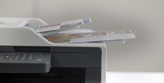 stampante Brother che scansiona documenti