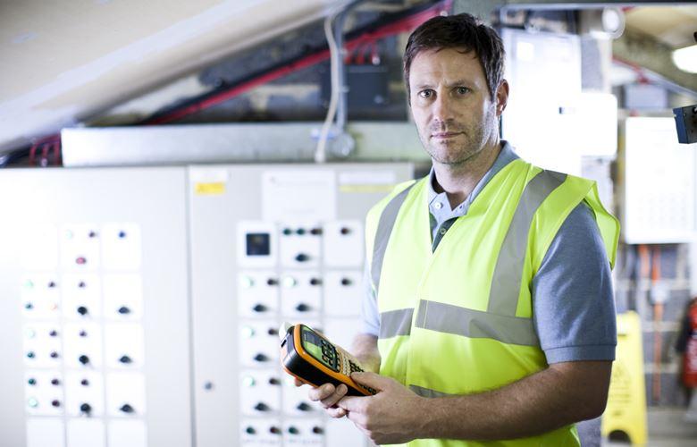 Elettricista con in mano una stampante per etichette Brother P-touch E