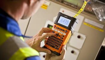 Elettricista al lavoro con etichettatrice Brother PT-E300