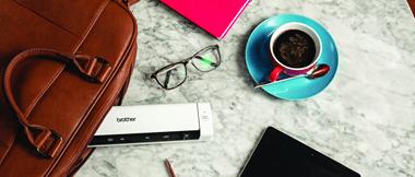 Tavaroita pöydällä, kuten silmälasit, kahvikuppi, laukku