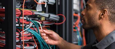 En elektriker märker sladdar.
