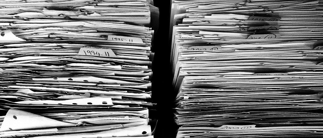 To papirbunker med gamle dokumenter