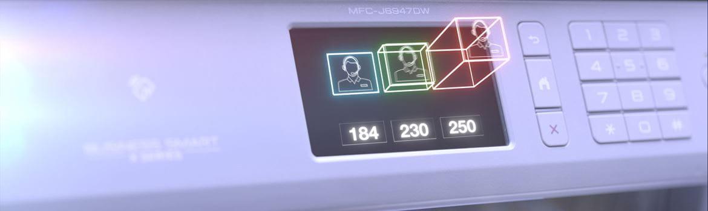 Brother MFC-J6947DW multifunksjon blekkskriver med fargede bokser på touchskjermen