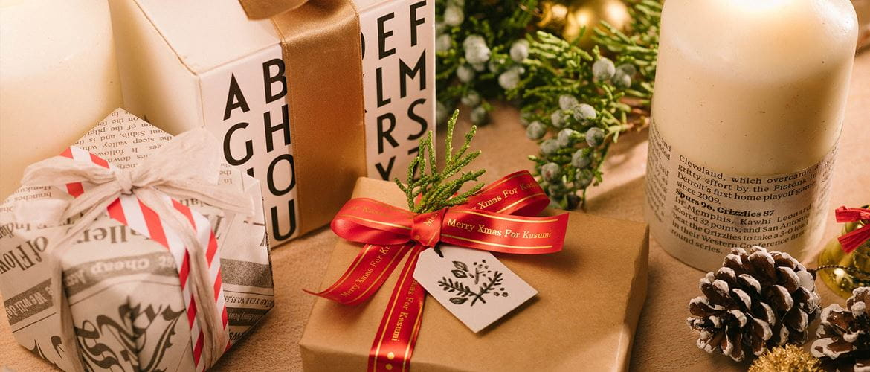 Punaisella satiininauhalla koristettu joulupaketti