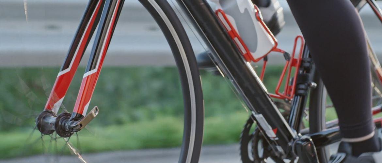 En person sykler på en rød og sort sykkel