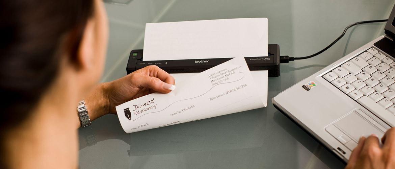 Damen som bruker en Brother mobil skriver på en kontorpukt Mobile Printer