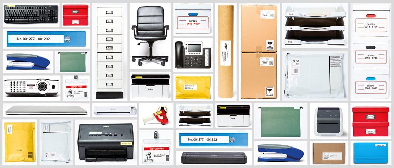Brotherin QL-etikettitulostimella merkittyjä toimistolaitteita ja työvälineitä.