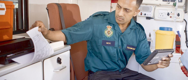 Ensihoitaja käyttää PJ-700-tulostinta