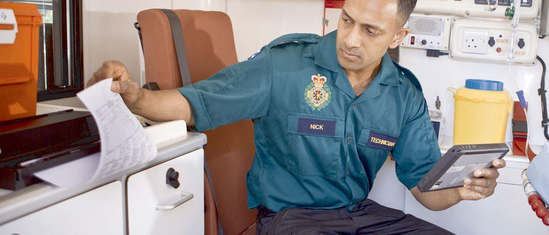 Ambulansearbeider sitter i en ambulanse å skriver ut et dikument på en mobil Brother skriver i PJ700-serien PJ-700
